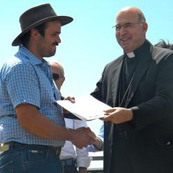 Il vescovo Spina di Sulmona-Valva premia un allevatore